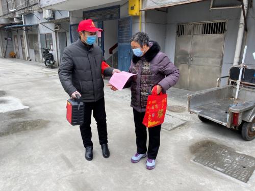 如城街道陆桥社区退役军人吴建华进行疫情防控知识宣传