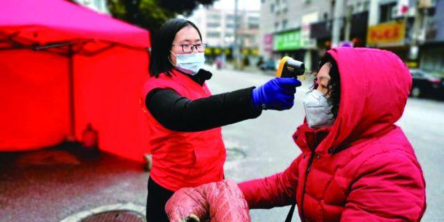 """行政审批志愿者在行动——穿上""""红马甲"""