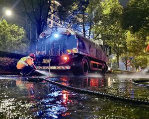 市环卫处对城区非机动车道和人行道进行深度冲洗