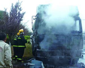 貨車行駛途中起火 疑因線路短路引發