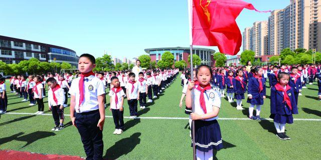 市安定小学为一年级学生举行少先队入队