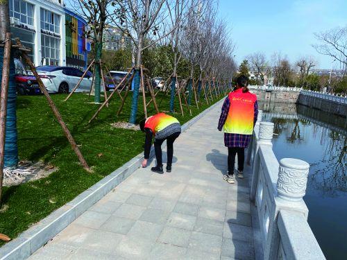 如城街道花园社区开展巡河行动