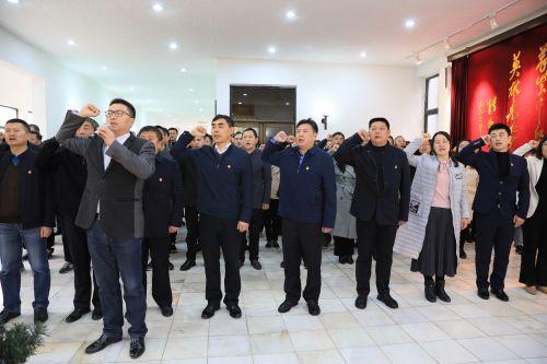 机关党员在烈士陵园重温入党誓词